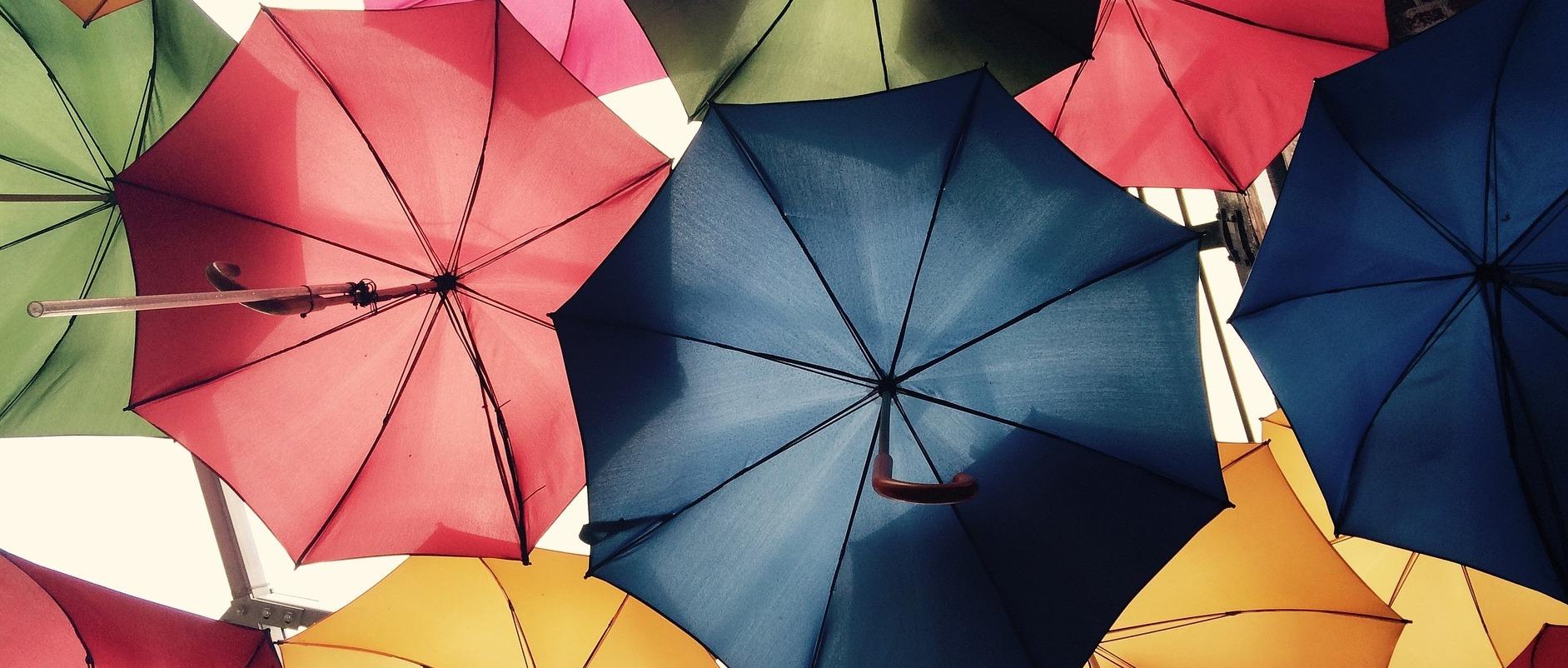 Słońce i deszcz im niestraszne – czyli odpowiedni dobór naklejki do warunków atmosferycznych