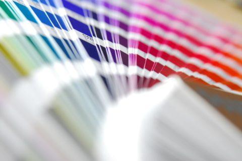 Na co warto zwrócić uwagę przy projektowaniu naklejek do druku?