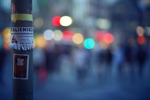 Naklejki reklamowe – jak je stosować?